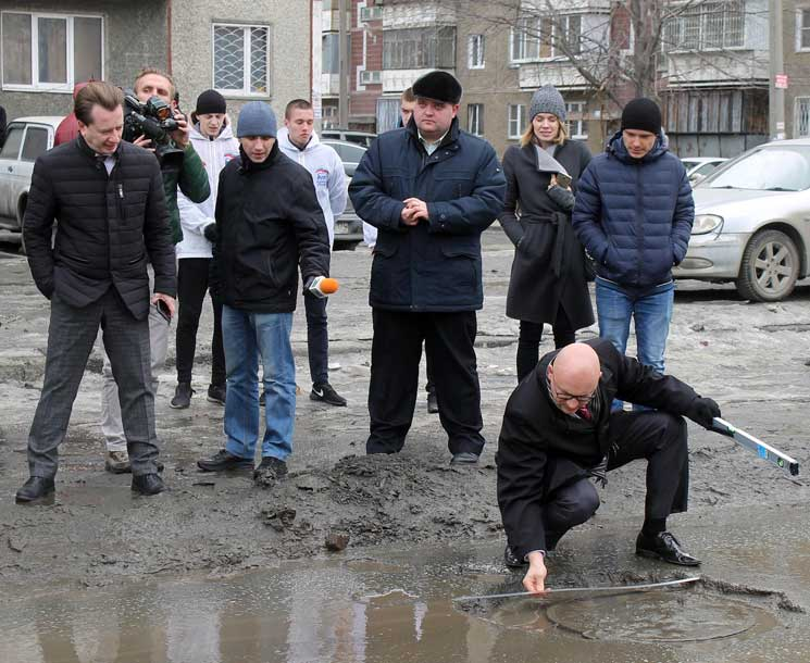 Бурматов поведал, кто будет чинить дороги Челябинска погарантии