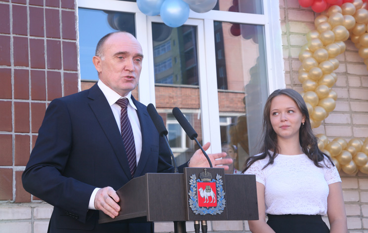 Дубровский принял участие впраздничной линейке, приуроченной Дню знаний