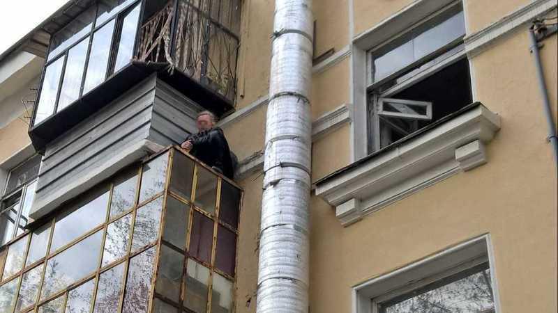 Пенсионерка изМиасса решила зайти домой через балкон изастряла